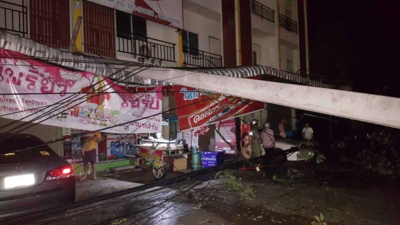 เสาไฟฟ้าล้มทับบ้านประชาชนหลังเกิดพายุพัดกระหน่ำอย่างหนัก Cr.ภาพโดย ผักกาดจอ